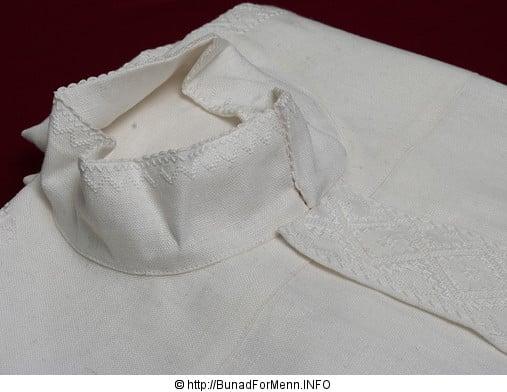 Den håndbroderte linskjorten til mannsbunaden Vestfoldbunaden er laget av aller beste kvalitet.