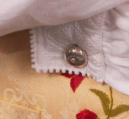 Mansjettknappene til Løkendrakten er laget i samme mønster som knappene.