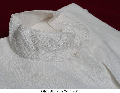 De håndbroderte linskjortene til mannsbunad fra Vestfold er brodert på krage og mansjett i klassiske hvitsøm mønsteret også kalt «Fransk Broderi».
