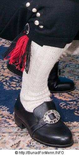 Strømper og hosebånd håndstrikket i norsk ull av aller beste kvalitet til bunad fra Sogn med kvit jakke.