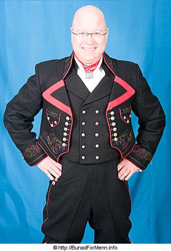 Ullvesten til mannsbunad fra Øst-Telemark med svart jakke og røde biser er laget av svart Engelsk klede. Vår oppgave er ikke bare å lage kvalitetsbunader men også å ivareta en gammel håndverkstradisjon som ligger til grunn for vår unike bunadstradisjon.
