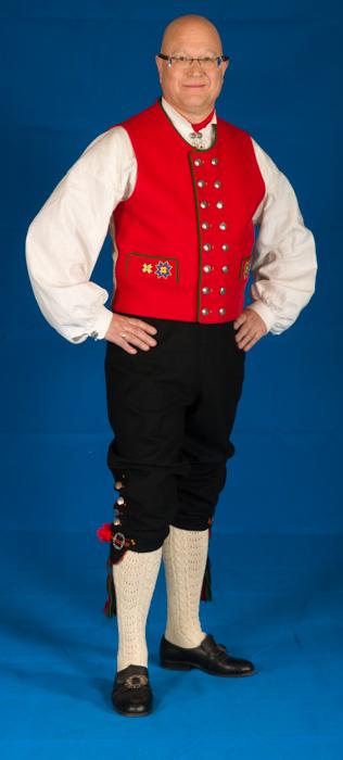 Det er viktig at nikkersen har et snitt hvor linningen på buksen går på navlen, og buksen henger i bukseselene. Det må være nok materiale i buksen til at man skal kunne sette seg uten at buksen blir trukket opp ved knærne.