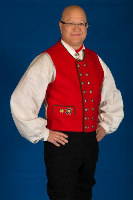 Bunad For Menn er stolte av å ha tatt i bruk det stripede håndvevete bomullsstoffet i ryggen på den røde Fanavesten.