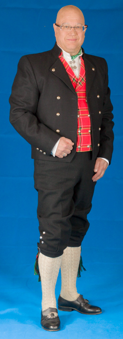 Mannsbunad fra Gudbrandsdalen med kort jakke og rød vest. Utrustet med sølvknapper med femblads rosemønster.