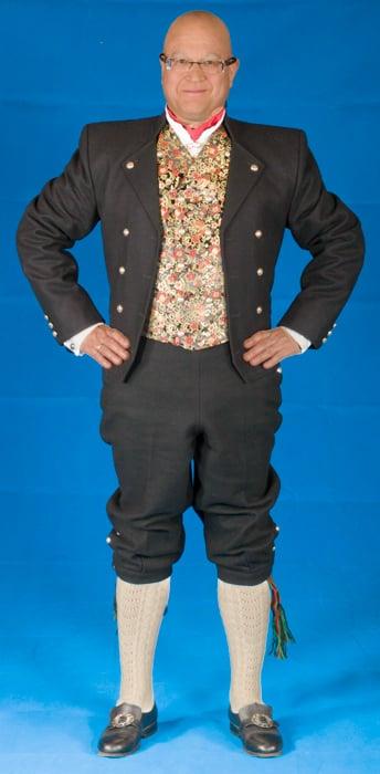 Mannsbunad fra Gudbrandsdalen med kort jakke.