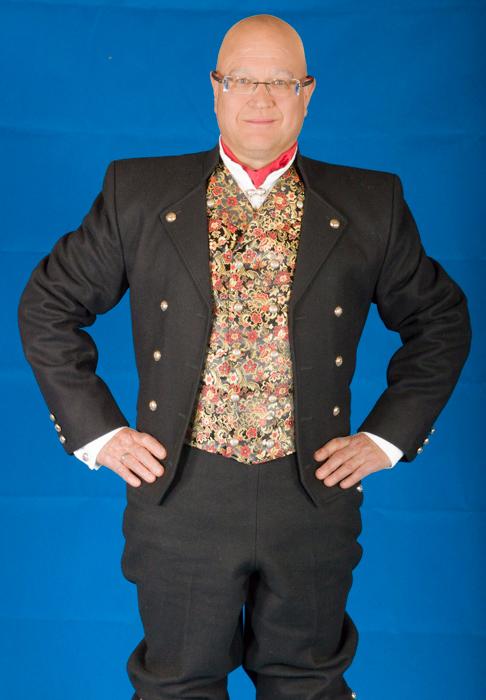 Buksen til bunaden er laget av samme materiale som jakken. Her er det brukt Engelsk klede av aller beste kvalitet. Bunad For Menn lager både nikkers og lang bukse til bunaden.