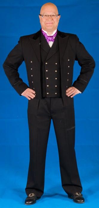 Mannsbunaden fra Hallingdal har mye til felles med en moderne dress.