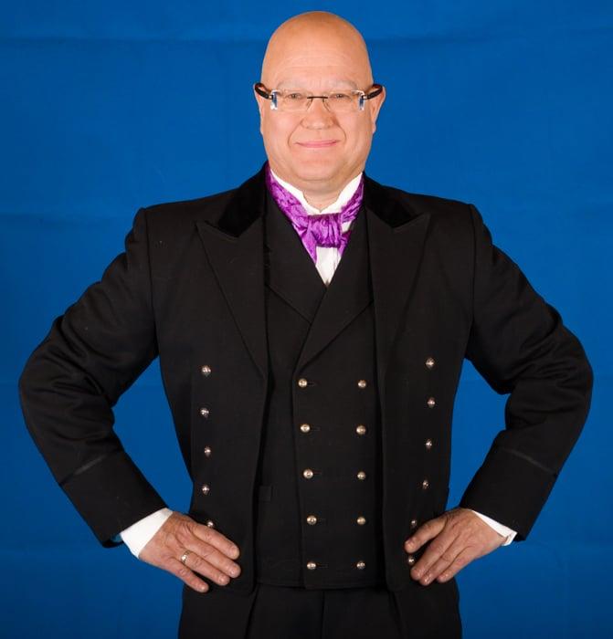 Hallingdalbunaden består av jakke, lang bukse, vest, sølv knapper, mansjettknapper, brodert linskjorten, silke skjerf, broderte bukseseler og bunadspose.
