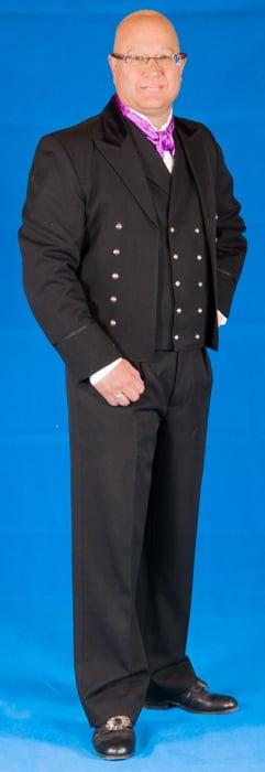 Jakken er laget i svart drapé. Drapé er et fint fransk ullstoff som kom i bruk på siste halvdel av 1800 tallet i Norge.