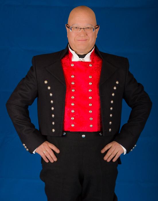 Vesten til Nordmøre bunaden for mann er laget av rød silke.
