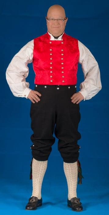Mannsbunad fra Nordmøre med svart jakke i Engelsk klede. Jakken er fôret med silke og er en klassisk kort jakke.