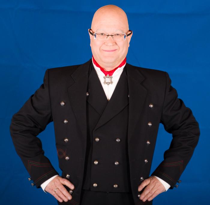 Numedalbunaden består av jakke, lang bukse, vest, håndlagde sølv knapper, mansjettknapper og halsnål (Hornring), brodert linskjorten, silke skjerf, broderte bukseseler og bunadspose.