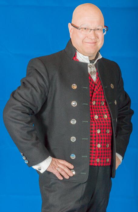 Den korte jakken til Østerdalbunaden er laget i Engelsk klede, som er et ullstoff vevet som såkalt toskafta materiale av ren ull med innblanding av Merinoull.