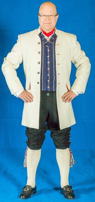 Bunad fra Romerike leveres med håndbrodert linskjorte, sølvknapper, mansjettknapper, halsnål og alt som ellers hører til.