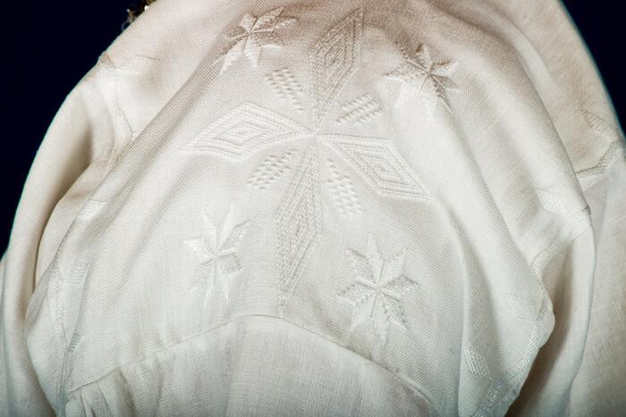 De håndbroderte linskjortene er brodert på krage og mansjett i klassiske hvitsøm mønsteret også kalt «Fransk Broderi». Dette er mønster som har vært i bruk i Trøndelag fra 1700 tallet og helt frem til i dag.