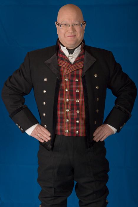 Jakken til mannsbunad fra Valdres er laget i svart Engelsk klede med svart fløyel av aller beste kvalitet. Jakken har svart silkefor innvendig.