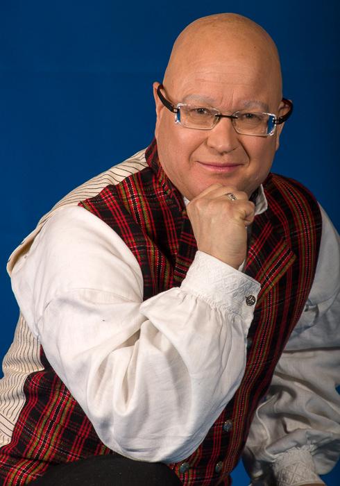 Jakken til Valdresbunaden er kantet med ekte fløyel på jakkeslag og ermer slik det er vist på bildet på vår nettside.