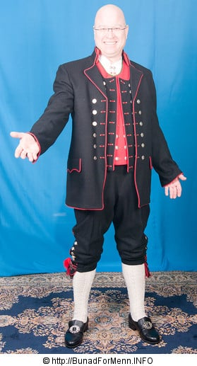 Den lange jakken til Fanabunaden er laget i svart Engelsk klede, som er et ullstoff vevet som såkalt toskafta materiale av ren ull med innblanding av Merinoull.