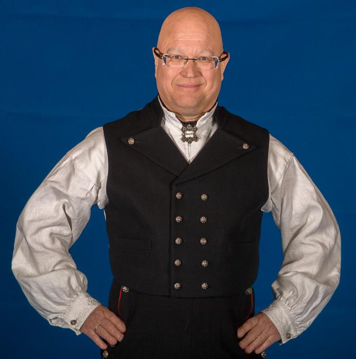 Mannsbunad fra Øst-Telemark med hvit jakke Ullvesten til Øst-Telemark bunaden er laget av svart Engelsk klede.