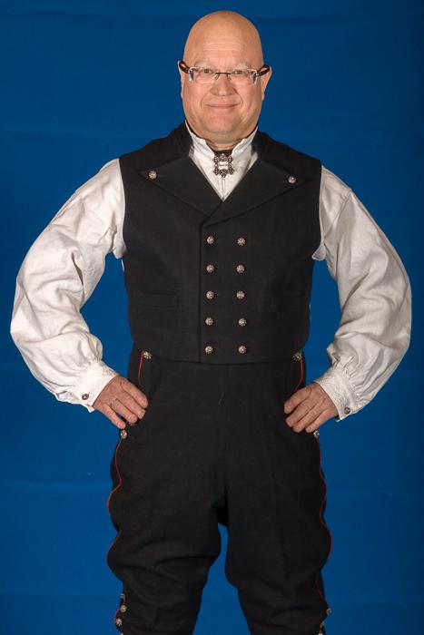 Mannsbunad fra Øst-Telemark med hvit jakke med alt tilbehør.