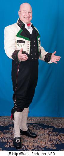 Jakken er laget i forskjellige farge kombinasjoner slik det er vist på vår nettside. Bunad For Menn har lagt vekt på både kvalitet og etnisitet når de har valgt ut leverandører av materialet til sine bunader. Jakkene til Øst-Telemark bunaden har silkefor innvendig.