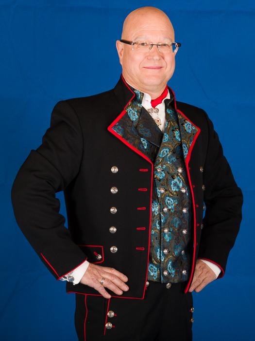 Den korte jakken til Rogalandbunaden er laget i drapé som er et fint fransk ullstoff fra siste halvdel av 1800 tallet. Jakken er laget i svart drapé med silke i forskjellige farger og mønster på jakkeslaget.