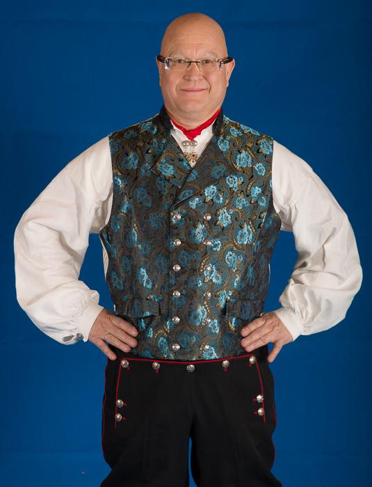 Vesten til Rogaland bunaden er laget av samme silke som jakkeslaget. Ryggen på vesten er laget av håndvevet stripet lerretstoff.