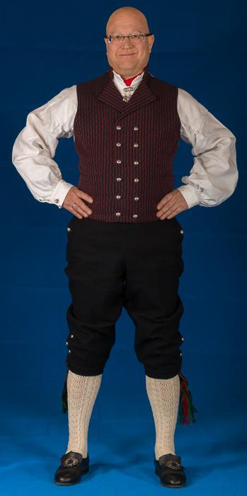 Bunad For Menn er stolte av å ha tatt i bruk det stripede håndvevete bomullsstoffet i ryggen på sin håndvevede ullvest fra Vest-Agder.