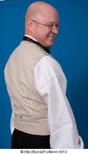 Ryggen på vesten er laget av håndvevet stripet lerretstoff da lerret ikke blir skrukkete når man har på seg jakken, i motsetning til Baskerlin som er den billige varianten av materiale til bruk i ryggen på vesten.