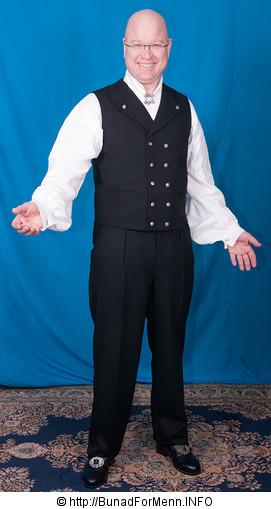 Buksen til Vest-Telemark bunaden er opprinnelig kun laget som lang bukse. Her er det brukt Drapé av aller beste kvalitet. Lang bukse til bunaden er sydd etter gamle snitt og design med gylf istedenfor lokk foran på buksen. Det er viktig at buksene har et snitt hvor linningen på buksen går på navlen og buksen henger i bukseselene.