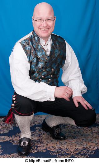 Strømper og hosebånd er håndlagde i norsk ull av aller beste kvalitet. Strømpene er strikket iubleket garn med et tradisjonelt flettemønster. Hosebåndene lages i mange ulike varianter som står til mønsteret og fargen på vestene som hører til bunaden.