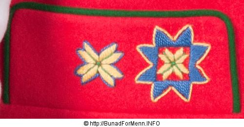 Her er det brukt klede av aller beste kvalitet med håndbrodert dekor. Nikkersen til Fana bunaden er laget av samme materiale som jakken.