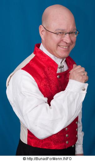 Til Nordmøre bunaden til herre er det brukt klede av aller beste kvalitet. Nikkersen er sydd etter gamle snitt og design med lokk foran på buksen.