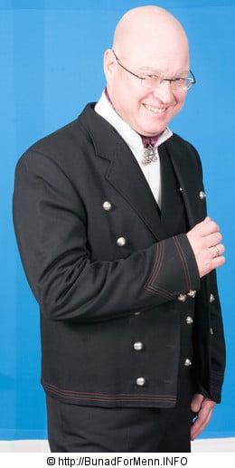 Buksen til Numedalbunaden er opprinnelig kun laget som lang bukse. Her er det brukt drapé av aller beste kvalitet.