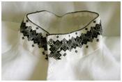 Den håndbroderte linskjorten til Øst-Telemarksbunaden med hvit jakke er et lite kunstverk. Det er viktig at skjorten er i lin da lin puster i motsetning til bomull. Mange tror fortsatt at lin er vanskelig å stryke og ikke kan vaskes i maskin. Dette er ikke riktig. Hvis man velger lin av høy kvalitet gir dette deg mange fordeler i forhold til en bomullsskjorte. Linskjorten er lett å stryke, kan vaskes i maskin i tillegg til at den puster slik at det ikke blir klamt og varmt å bruke bunaden.