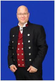 Forfatteren Henning Kumle i en Østerdalsbunad