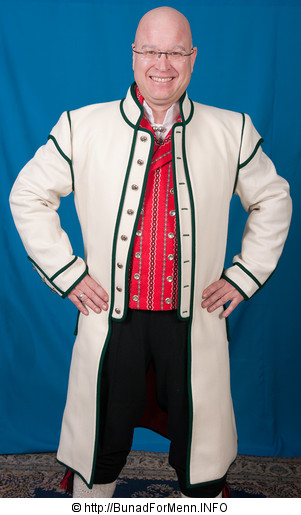 Østfoldbunaden består av lang hvit frakk med grønne biser, håndvevet ullvest eller silkebrokadevest, nikkers, sølvknapper, mansjettknapper, halsnål, brodert linskjorte, håndstrikkede strømper og fingerflettede hosebånd, silkeskjerf, broderte bukseseler og bunadspose.