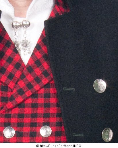 Sølvnålen i halsen på skjorten til Østerdalbunaden til herre lages som et klassisk anheng med Gotiske kors