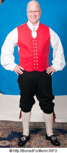 Langbuksen og nikkersen til bunaden er laget av samme materiale som jakken. Her er det brukt klede av aller beste kvalitet.