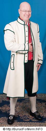 Den lange frakken er kantet med grønne biser slik det er vist på bildet på vår nettside. Bunad For Menn har lagt vekt på både kvalitet og etnisitet når de har valgt ut leverandører av materialet til sine bunader. Frakken til mannsbunad fra Østfold er laget i klede av aller beste kvalitet. Frakken har rødbrunt håndvevet for innvendig.