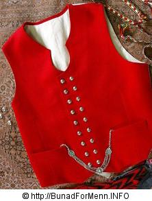 Vesten til Sunnmørsbunaen har sølvknapper med klassisk femblads rose mønster. Dette dekoren på knappene ble fra gammelt av omtalt som Bergenssølv.