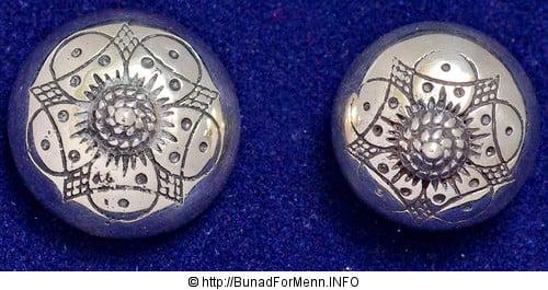 Sølvknappene og sølvpennene som brukes på Vestfold bunaden er formstøpt av 920 sterling som er den internasjonale standarden for rent sølv. Sølvet er merket med 830 S da dette er den norske sølvstandard merkingen.
