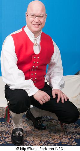 Langbuksen og nikkersen er sydd etter gamle snitt og design med lokk foran på buksen. Det er viktig at buksene har et snitt hvor linningen på buksen går på navlen og buksen henger i bukseselene.