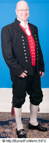 Jakken til Sunnmøre er laget i klede av aller beste kvalitet. Jakken har et svart silkefor innvendig.
