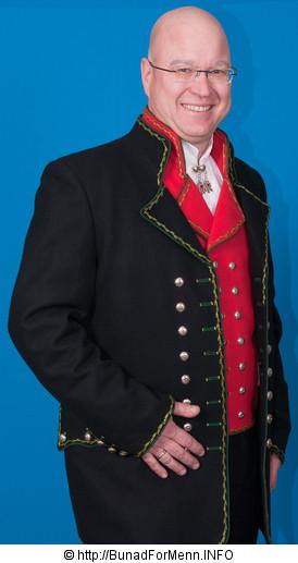 Den lange jakken til Hardangerbunaden er laget i svart Engelsk klede, som er et ullstoff vevet som såkalt toskafta materiale av ren ull med innblanding av Merinoull