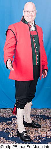 Vesten lages også i grønn og svart Engelsk klede med biser i rødt og grønt. Bunaden er laget i Engelsk klede som er et 100 % materiale av ull med innblandet Merinoull som gir kledet en svært høy kvalitet.