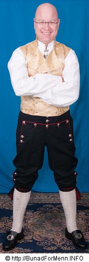 Vi broderer alle våre bukseseler for hånd etter gamle mønstre og fargevalg. Selv om bukseselene ikke synes under vesten har vi valgt å holde på gamle tradisjoner hvor bukseselene var brodert med korssting i ulike farger.