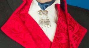 Mannsbunaden fra Rogaland med rød vest har Sølvnål i halsen med gotisk kors.