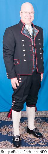 Mannsbunad fra Rogaland. Legg merke til silken på jakkeslagene som har tydelig preg av en spansk uniform. Buksen har en utforming og design som tilsier at det var brukt tynne materialer av type silke, bomull og lerret. Buksen var ikke designet for å lages i klede av ull.