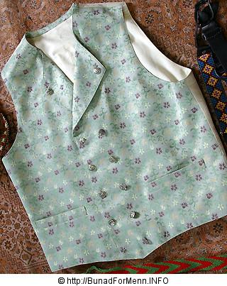 Bunad For Menn er stolte av å ha tatt i bruk det stripede håndvevete bomullsstoffet i ryggen på sine silkevester.